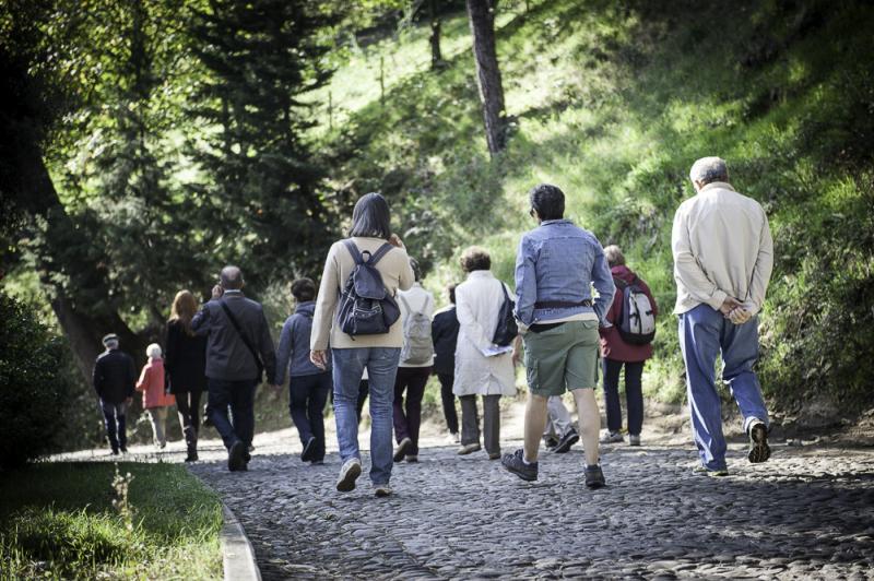 Immagine persone che camminano